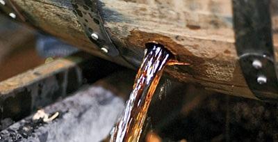 bourbon-barrel-pouring